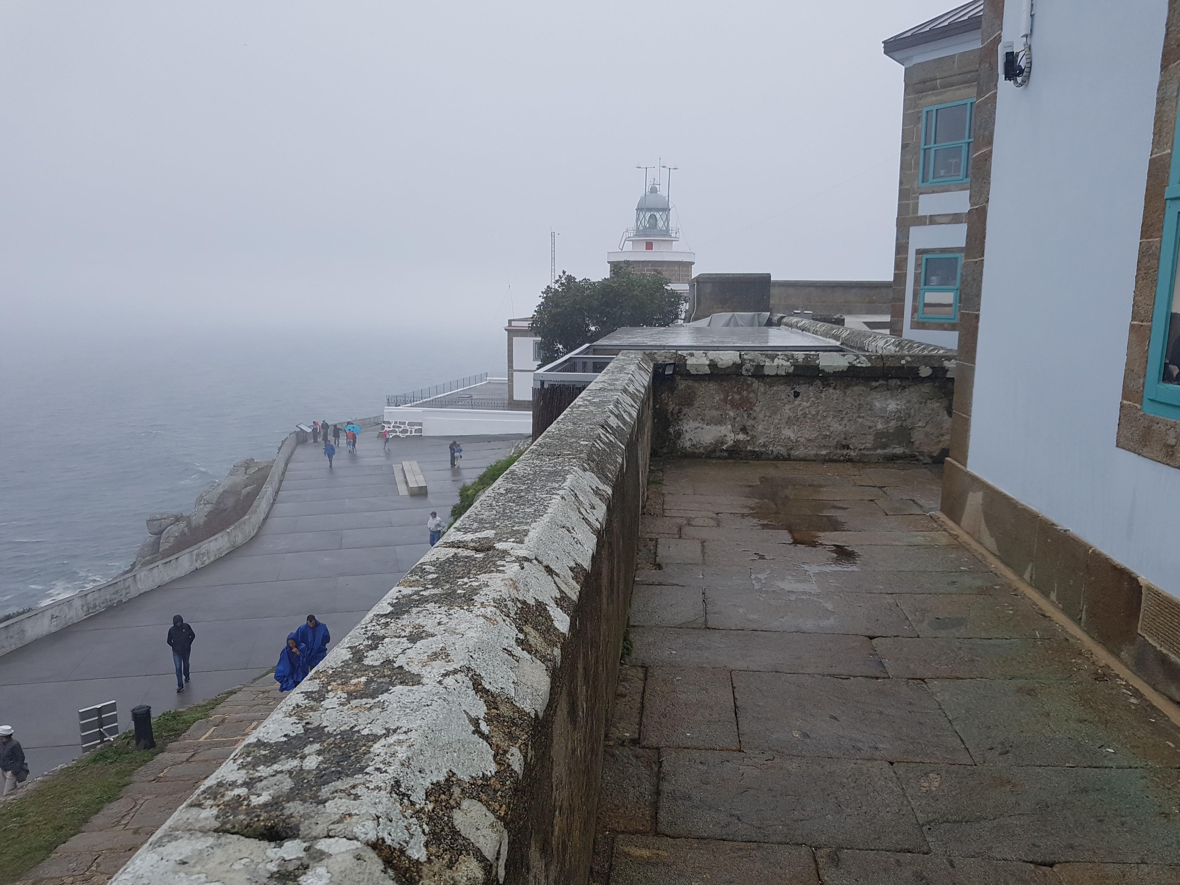 Hotel O Semáforo con el Faro de Finisterre al fondo