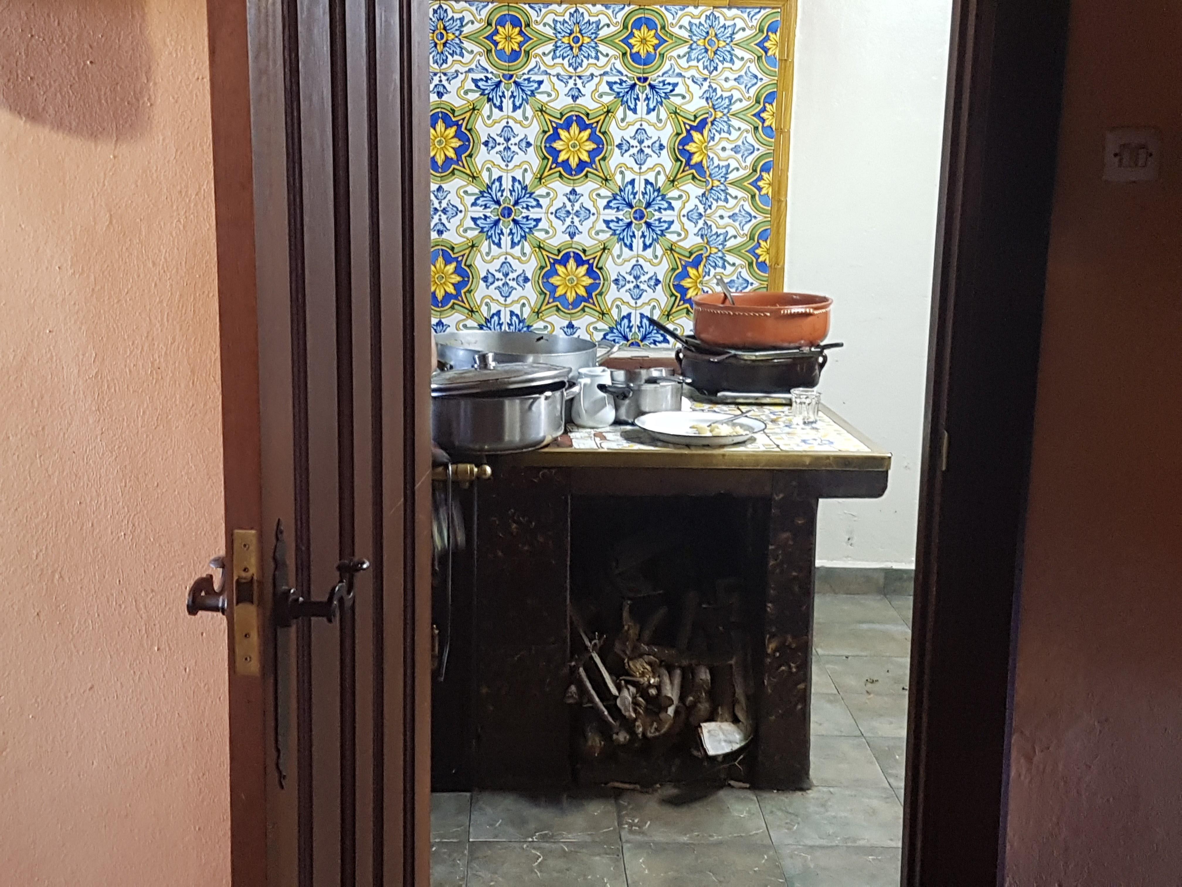 Vista de la cocina desde el pasillo de entrada al comedor