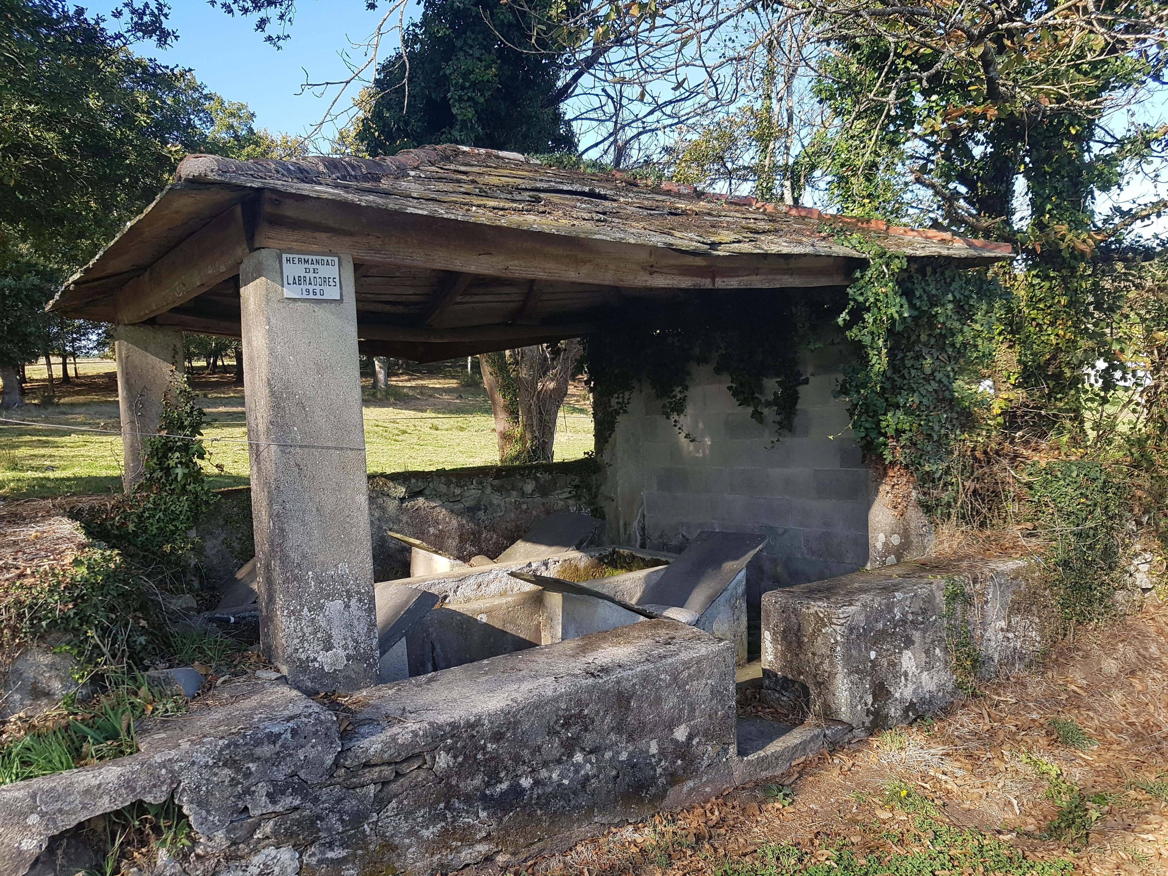 En el paseo al lado del Mesón nos encontramos con un lavadero de 1960